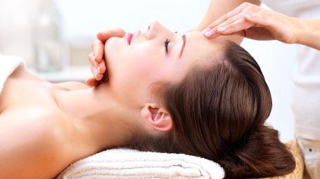 Relax: i massaggi viso che fanno bene alla pelle e alla mente