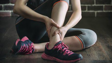 Gambe: cosa fare in caso di crampi e fitte improvvise