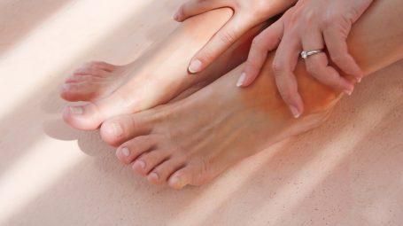 Cosa fare se hai piedi e caviglie gonfie