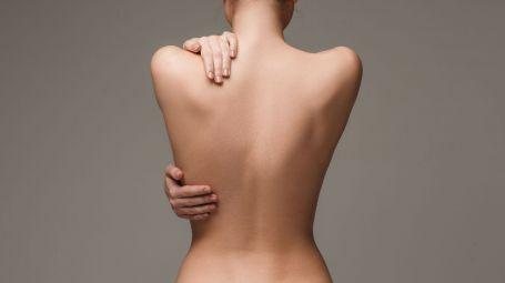 schiena nuda di donna