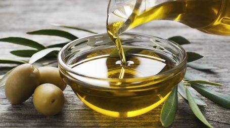 L'olio d'oliva nuovo: le caratteristiche e perché fa bene