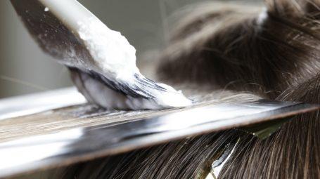 Coprire i capelli bianchi: le tinte che non fanno male
