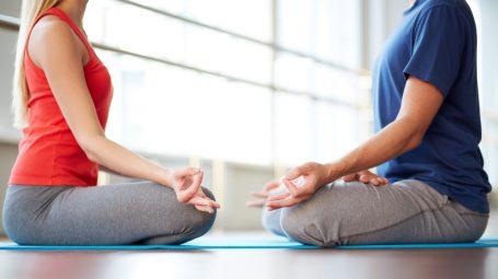 Come si fa lo yoga in coppia e perché fa bene