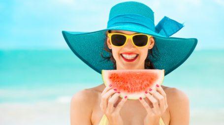 Pelle al sole: i 7 cibi da portare in tavola per proteggere la pelle dai raggi Uv