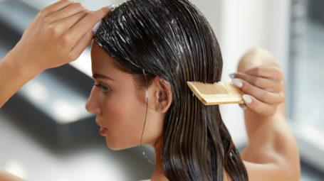 Come curare i capelli rovinati dal sole e dal mare