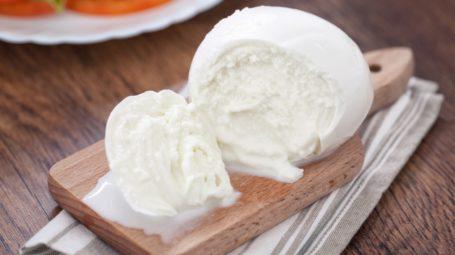Mozzarella di bufala: perché piace sempre di più e come scegliere la migliore