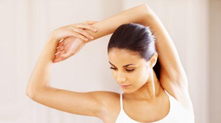 Braccia scolpite e sode: cosa puoi fare contro l'effetto tendina