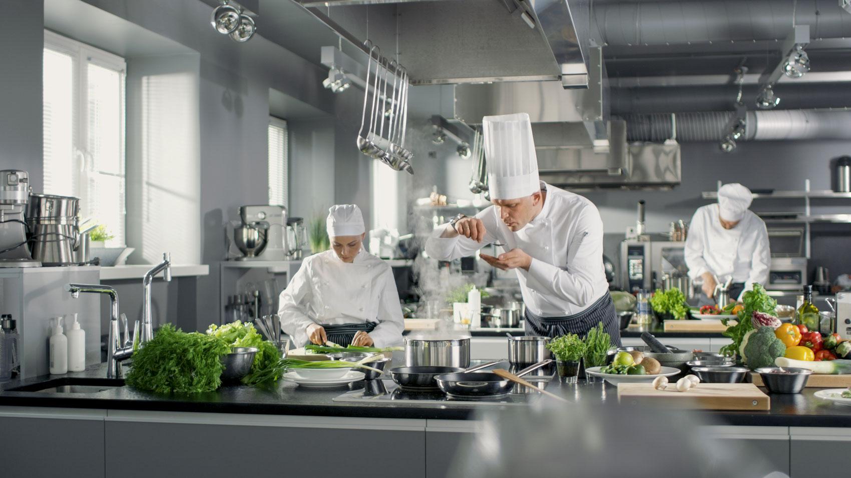 cuochi impegnati in cucina