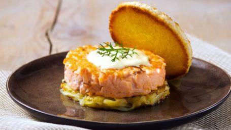 Come fare gli hamburger di salmone: 3 ricette facili e gustose