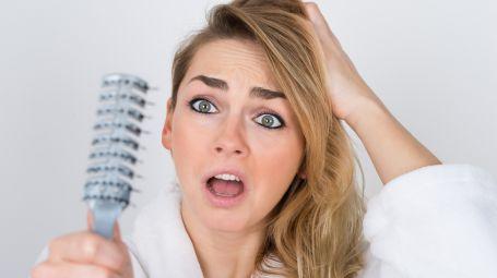 SOS capelli che cadono: cause e trattamenti