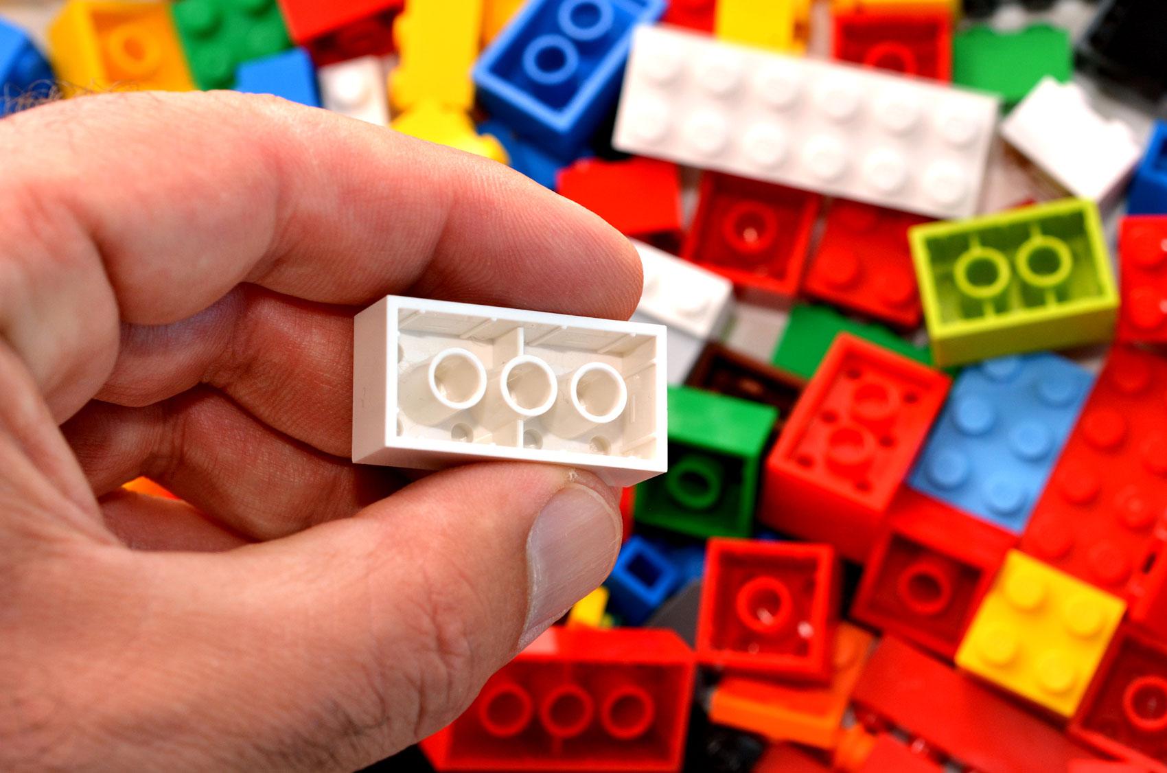 mano di adulto con un mattoncino Lego