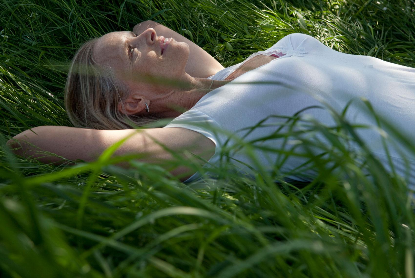 donna distesa nell'erba