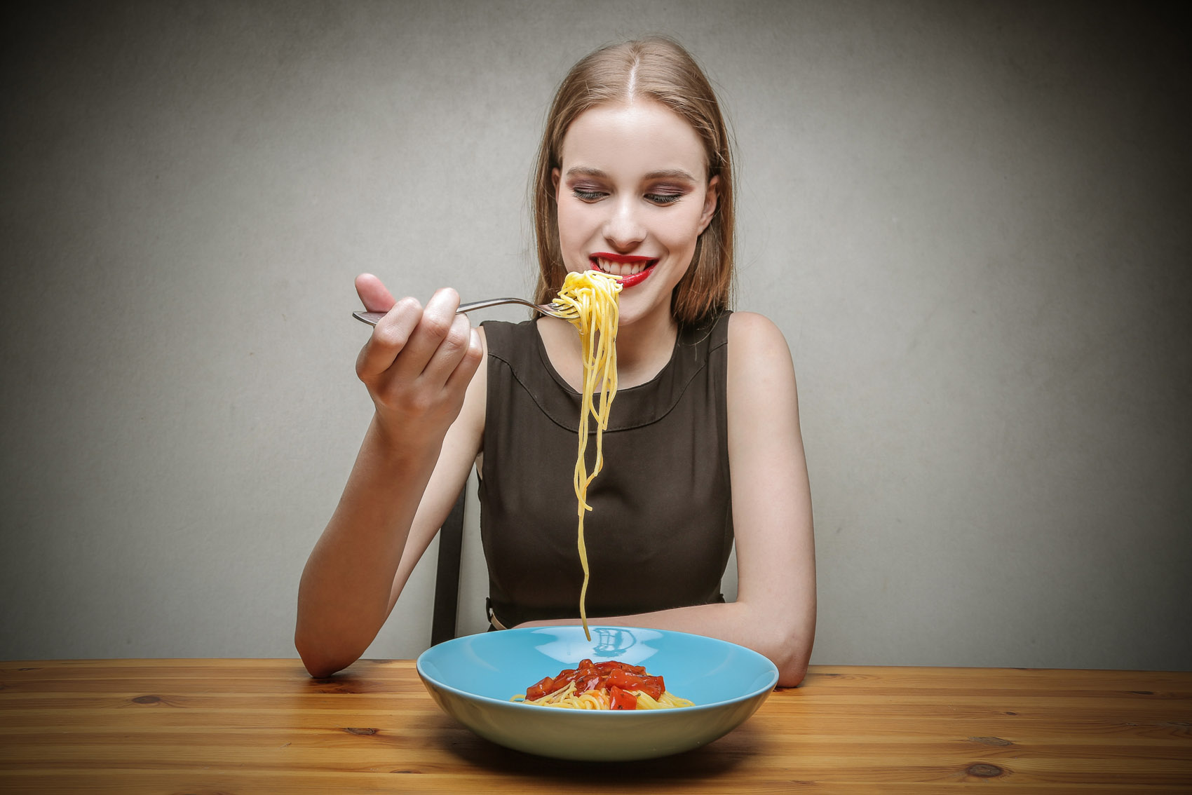 donna mangia spaghetti