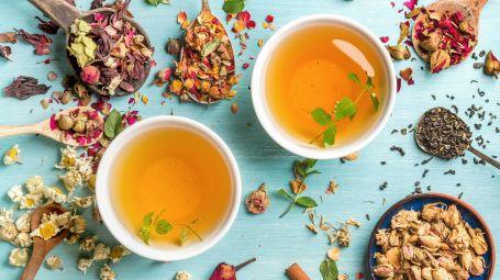 tazze di tisane e tè con erbe