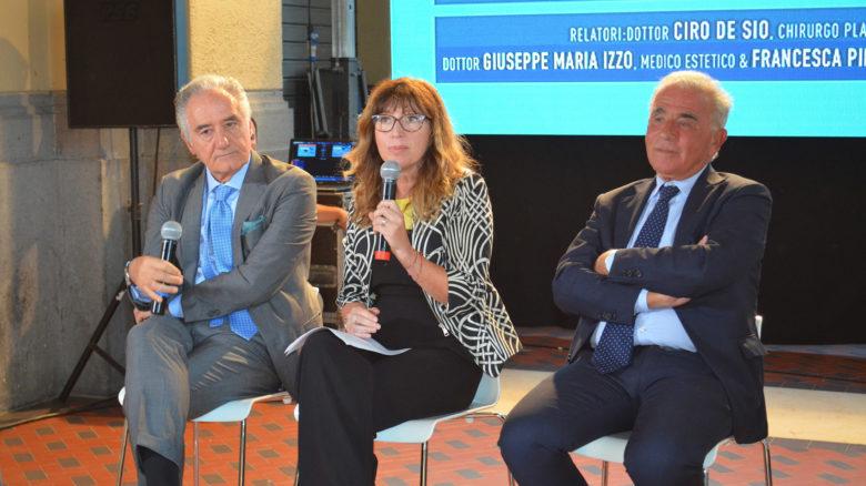 La giornalista Francesca Pietra conduce l'incontro sulla medicina estetica con il chirurgo plastico Ciro De Sio (a sinistra) e il medico estetico Giuseppe Maria Izzo