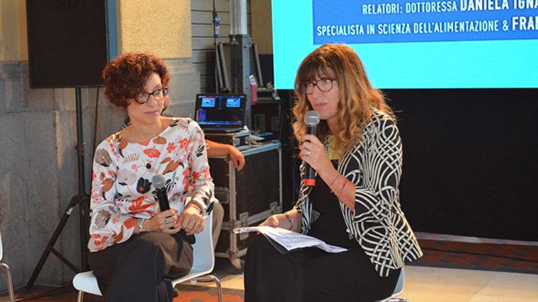 La biologa nutrizionista Daniela Ignaccolo (del Progetto EAT), a sinistra, con Francesca Pietra.