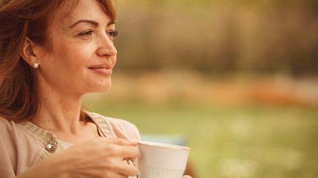 donna matura pensa bevendo tè