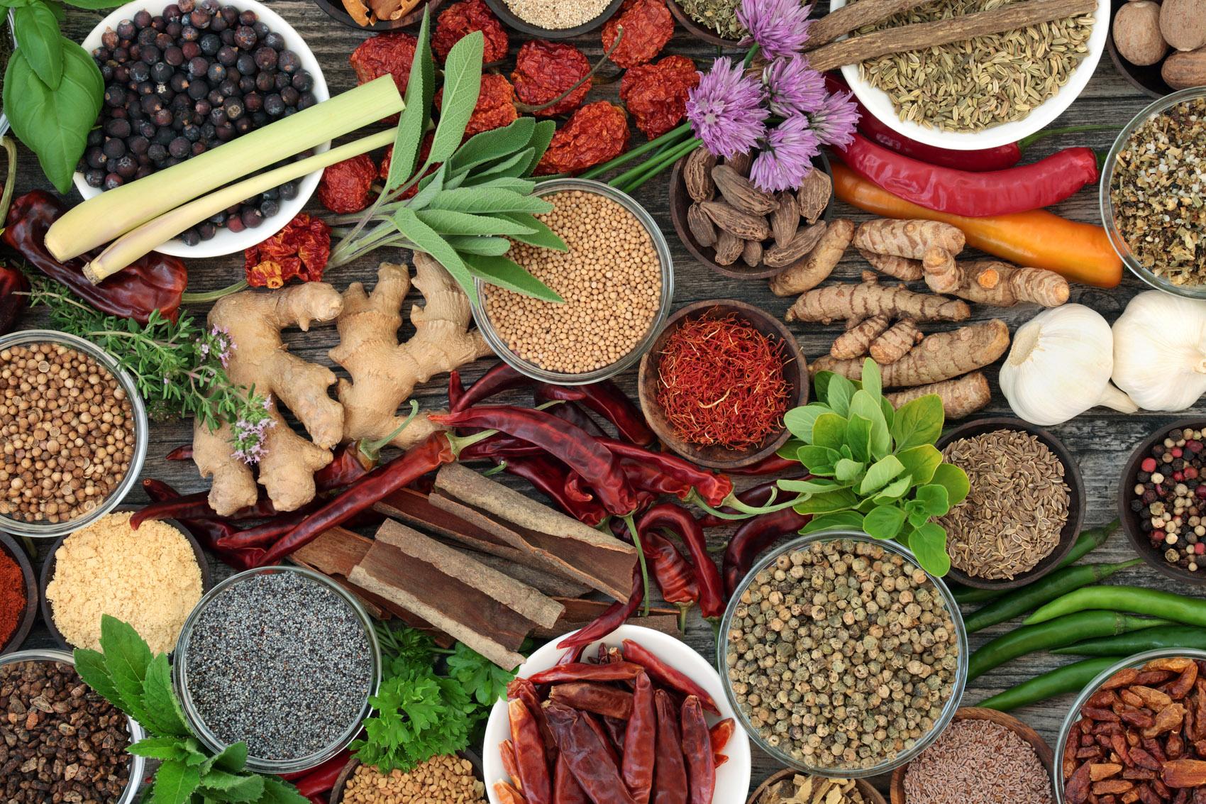spezie ed erbe: timo, curcuma, zenzero, cannella