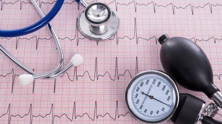 Sfigmomanometro con manometro e stetoscopio con elettrocardiogramma