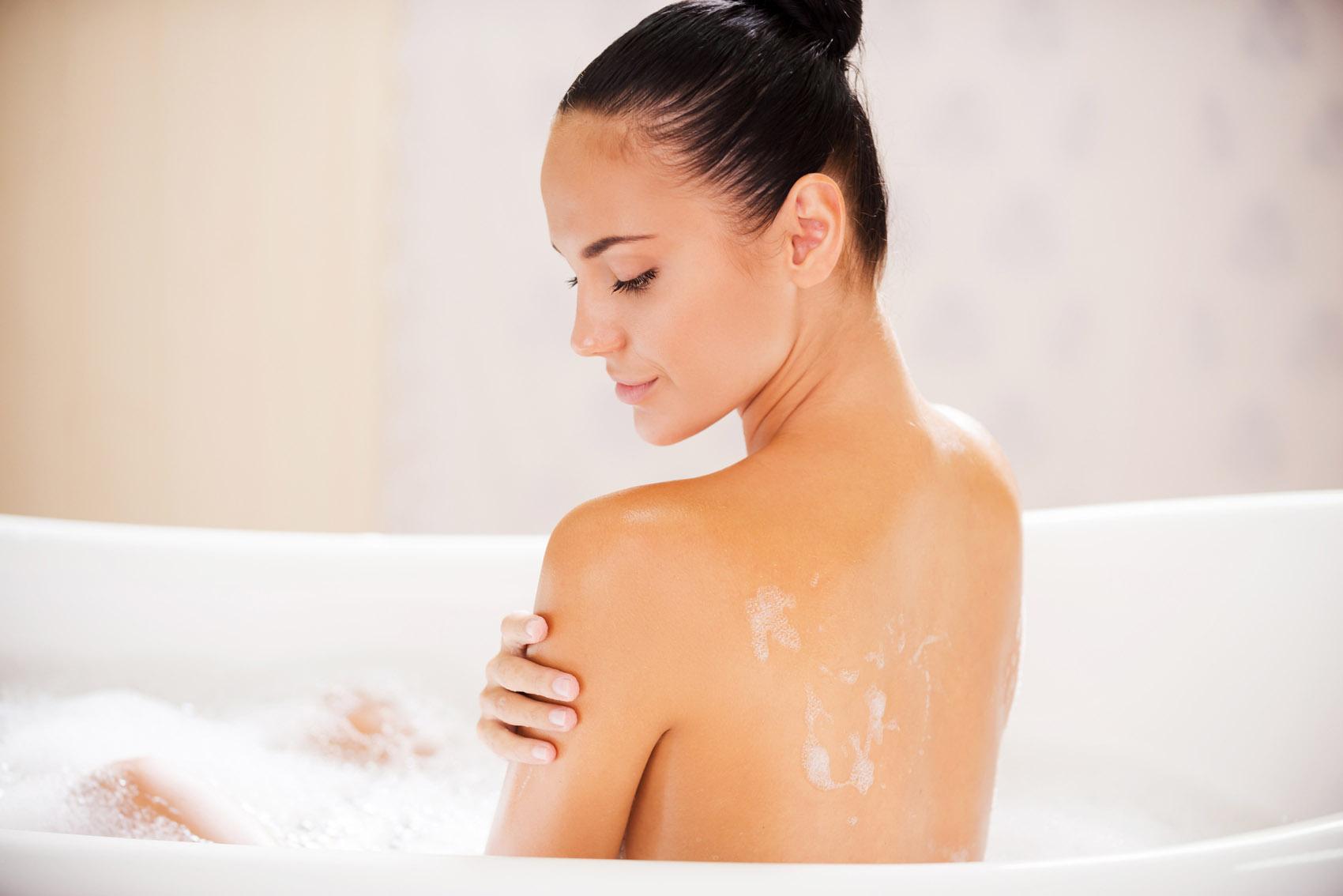 Bella donna in vasca, bagno, massaggio, corpo