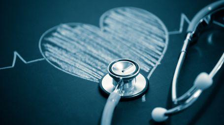 stetoscopio con un cuore disegnato