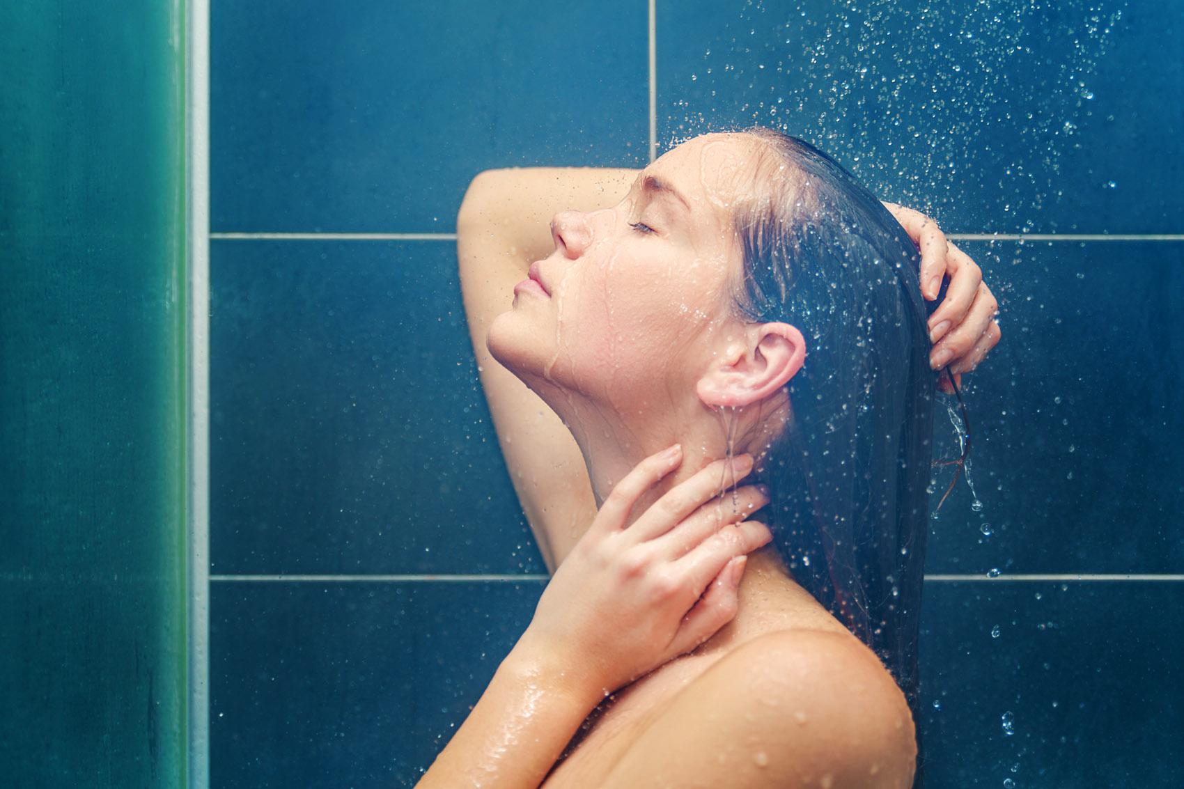 giovane donna in doccia