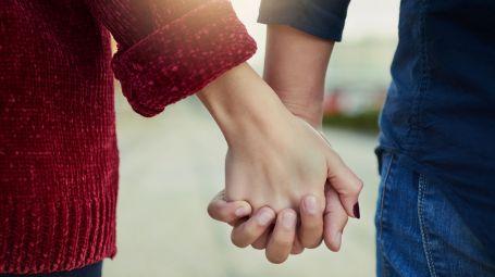 fedeltà, coppia, mano nella mano