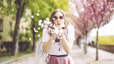 donna, primavera, alberi fioriti