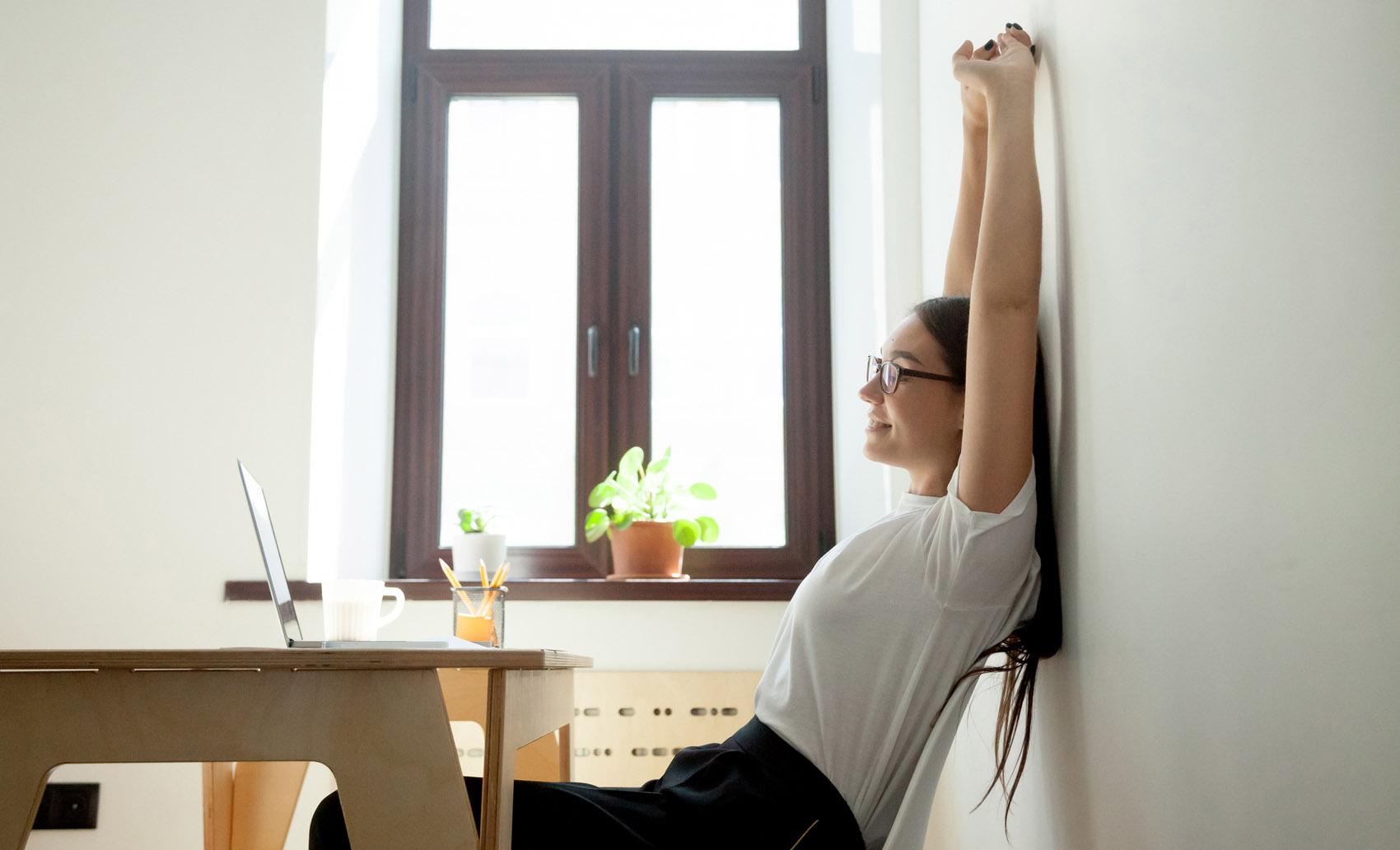 donna fa stretching, postura, computer