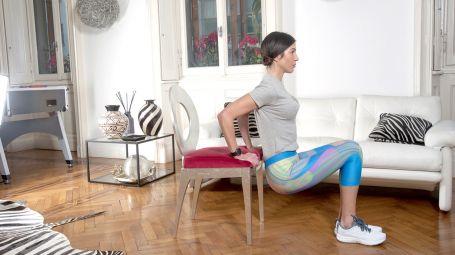 """L'esercizio per braccia toniche contro l'effetto """"tendina"""": il dip sulla sedia"""