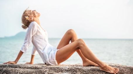 donna al mare, spiaggia, sole