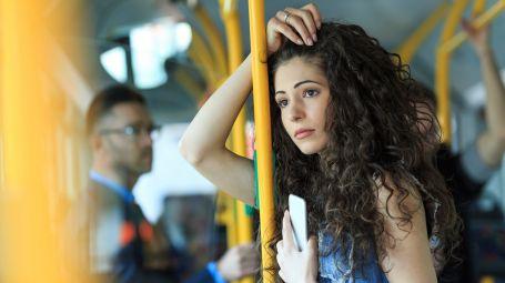 donna sola nel bus, città, vuoto