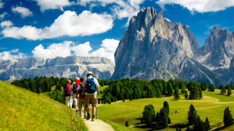 Camminare in montagna a passo lento: perché fa bene