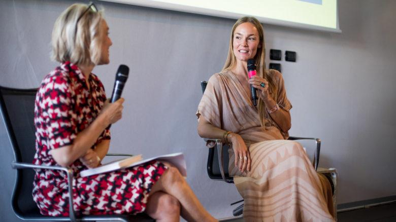 Johanna Maggy presenta il suo libro Splendere (qui è con la giornalista Simon)