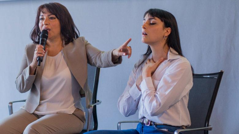 Joanna Hakimova (a sinistra) illustra il suo metodo Bio lifting per il viso