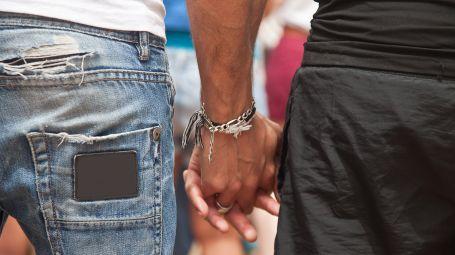 coppia gay, mano nella mano