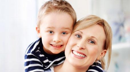 madre e bambino sorridono