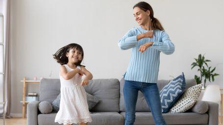madre e figlia ballano