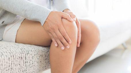 donna ha dolore al ginocchio