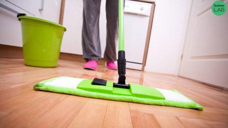 donna lava il pavimento