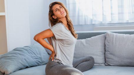 Gli esercizi contro il mal di schiena da divano