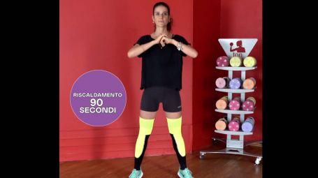 L'allenamento da fare a casa con affondi, squat e saltelli – Video