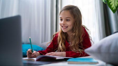 bambina, compiti a casa