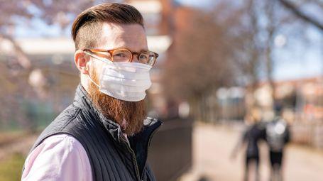 uomo con barba indossa mascherina