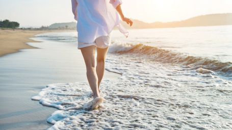 Camminare sulla spiaggia: tutti i benefici del beach walking
