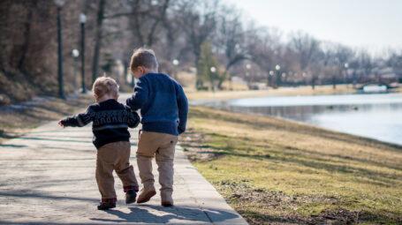 Rapporto tra fratelli: perché insegna più cose dei genitori