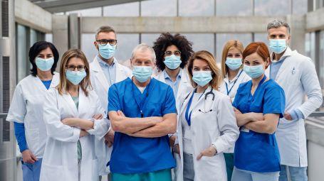 dottori, medici con mascherina