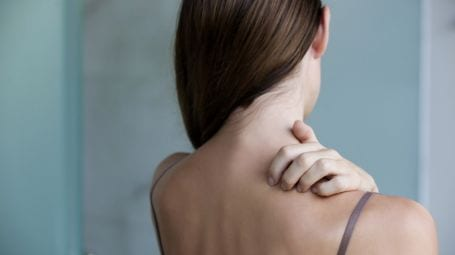 Acne sulla schiena: il nuovo farmaco per risolverlo