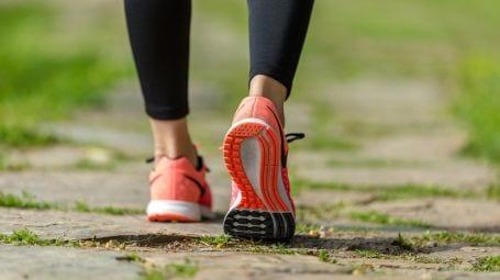 Camminare: postura e movimenti corretti, errori da evitare