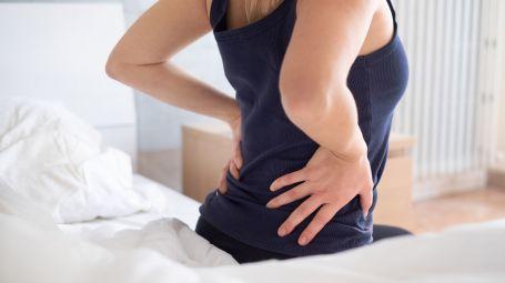 Mal di schiena che non passa: cosa fare, sintomi e cure